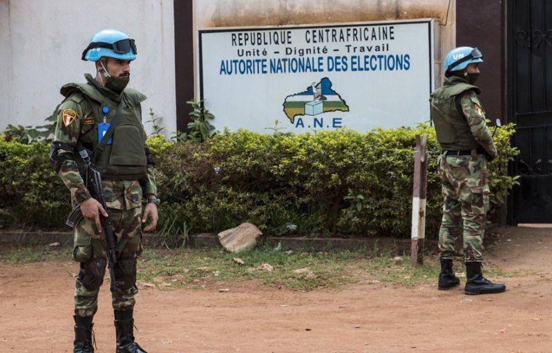 中非部分地区近日发生武装冲突,混乱中4家中国私营矿企的8辆汽车及其他财物被抢。图/取自央视新闻(photo:UDN)