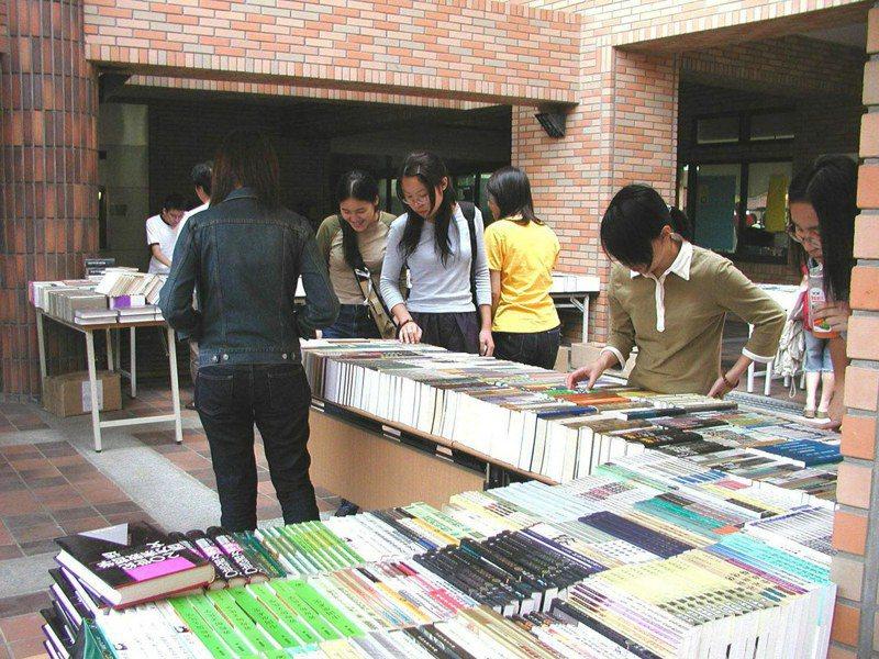 明年2月1日起,大陸圖書授權台灣出版將全面審查,出版業齊聲反對。圖為進口大陸書籍的書商在大學擺攤舉行書展。圖/聯合報系資料照片