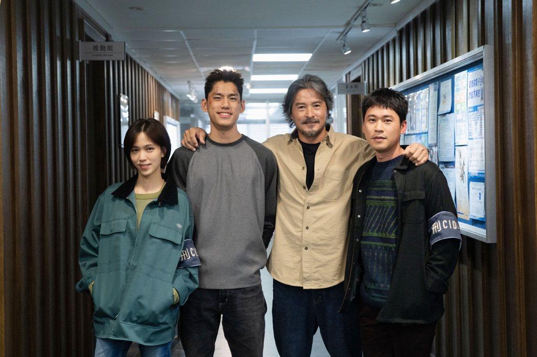 辛樂兒(左起)、朱軒洋、李銘順、黃迪揚在特別搭建的警局場警拍攝「逆局」。圖/愛奇...