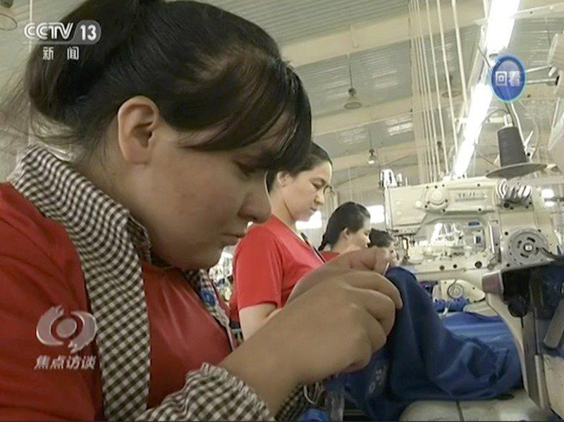 西方人權人士指控,新疆維吾爾人自治區的職訓中心實際上為拘留營。圖為新疆和田市職訓中心的維吾爾學員在成衣廠工作。美聯社