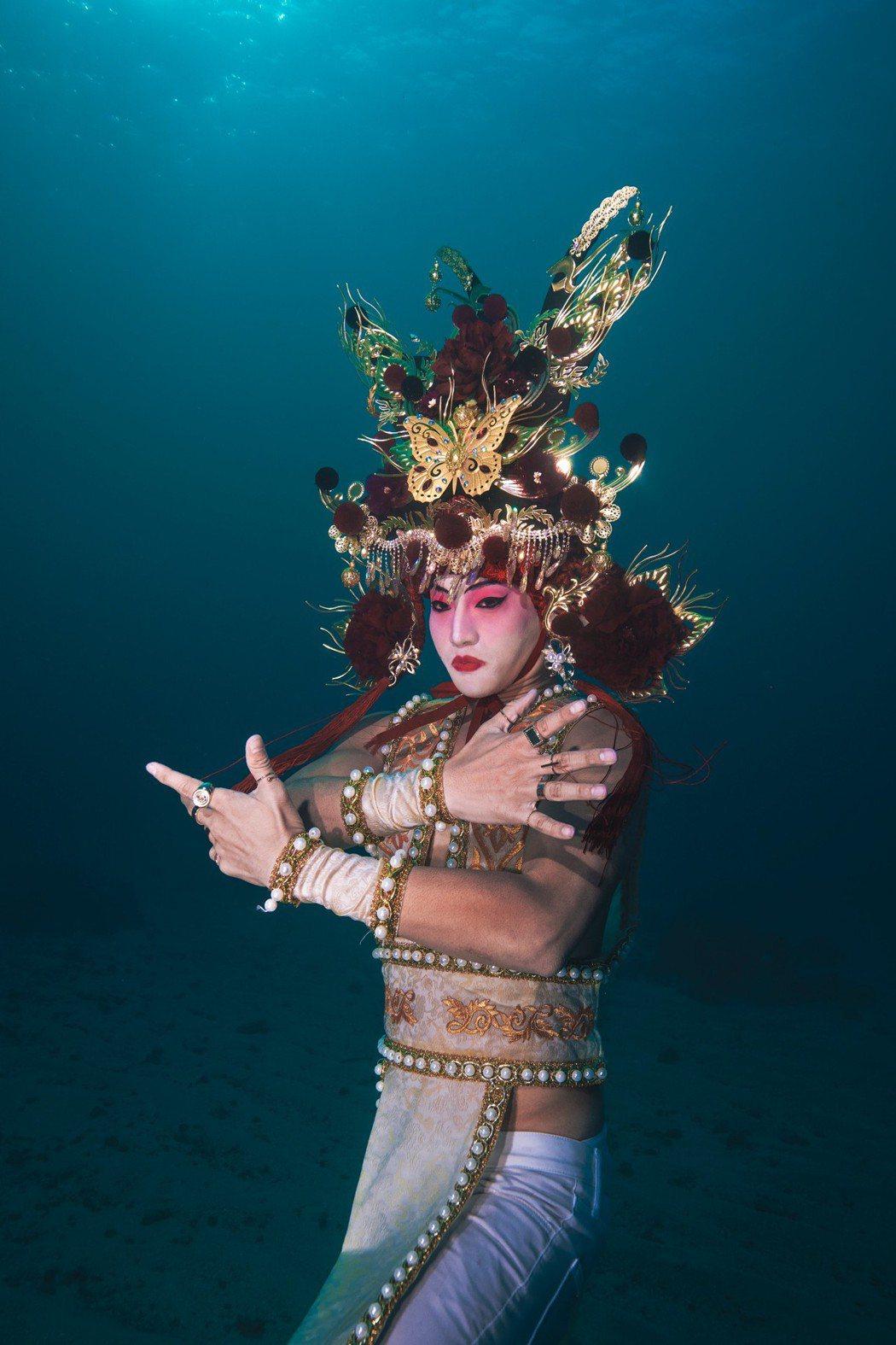 岱毅參加真人實境節目「水下伸展台」以鳳冠做乾坤的造型象徵愛最大。圖/岱毅提供(攝...