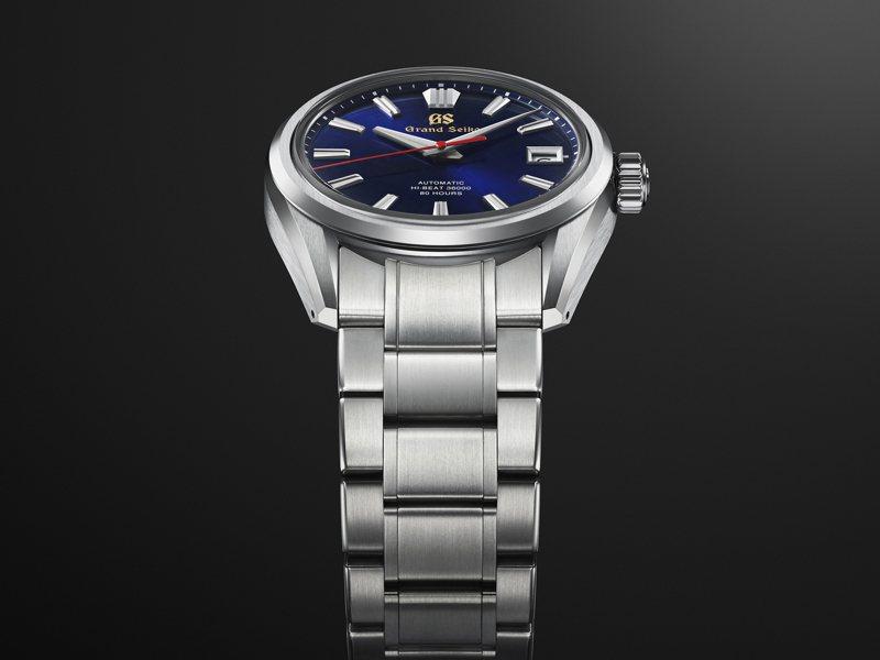 Grand Seiko 60周年不鏽鋼限定表款,採用低重心表殼設計, 提供配戴者更穩固及服貼的舒適配戴體驗。圖/Seiko提供