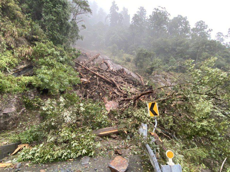 台7線68.6公里明池路段,今下午土石崩落,預估晚間7時搶通。記者張議晨/翻攝