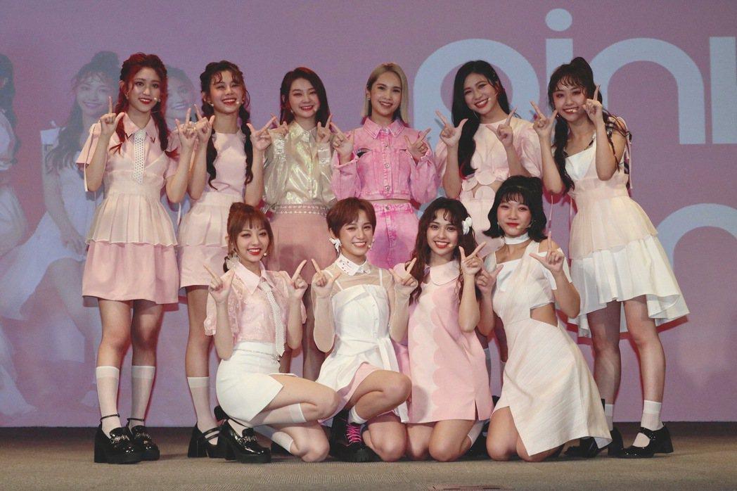 全新女團「PINK FUN」發片,楊丞琳(後排右3)以「媽咪」的身分站台祝賀。圖...
