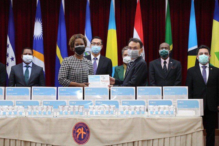 外交部表示,泰博科技股份有限公司今天捐贈30萬快篩試劑協助抗疫由聖克里斯多福及尼...