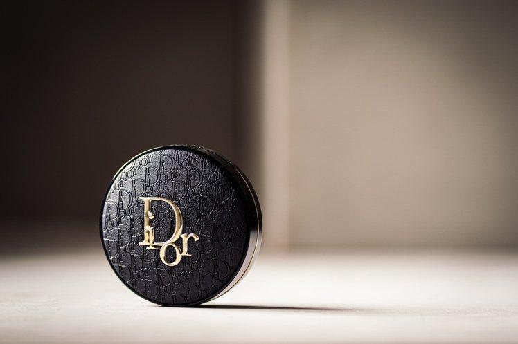DIOR迪奧超完美柔霧光氣墊粉餅皮革印花版/2,500元。圖/迪奧提供