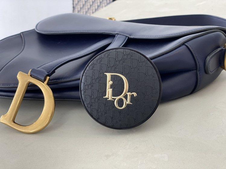 迪奧的超完美柔霧光氣墊粉餅,再度推出皮革印花版,充滿質感。記者劉小川/攝影