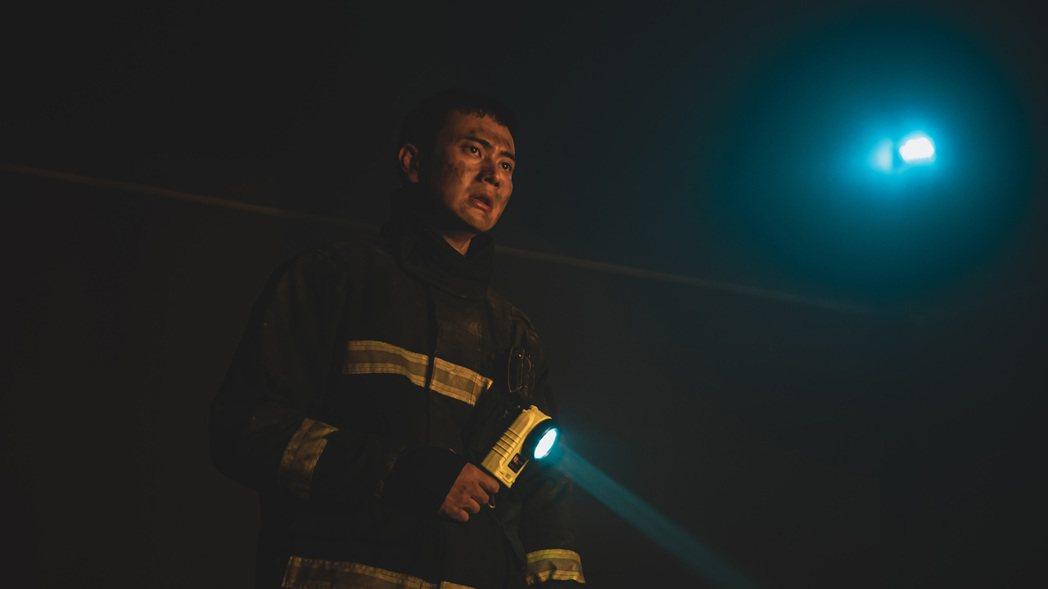 劉冠廷在「火神的眼淚」最新預告中面對大火臉被濃煙燻黑。圖/公視提供