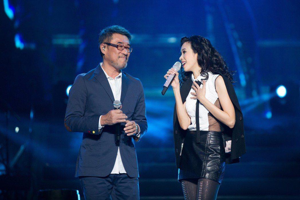 莫文蔚(右)演唱會DVD特別收錄與李宗盛的演出。圖/莫家寶貝工作室提供