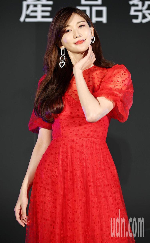 林志玲的紅禮服來自林莉婚紗代理的品牌Costarellos,走的是充滿古希臘風情...