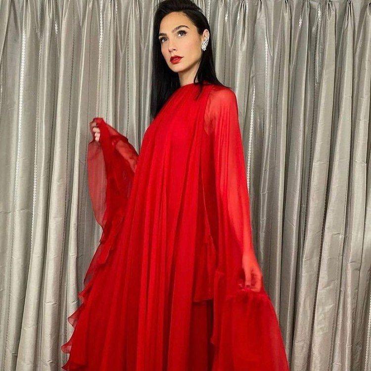蓋兒加朵則在《神力女超人1984》大陸虛擬線上首映會上,選穿了Valentino...