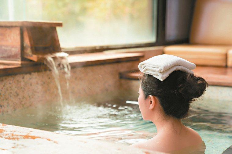 泡湯不僅是舒服的享受,能讓人心情放鬆、紓壓解鬰,還有不少促進健康的好處。圖/12...
