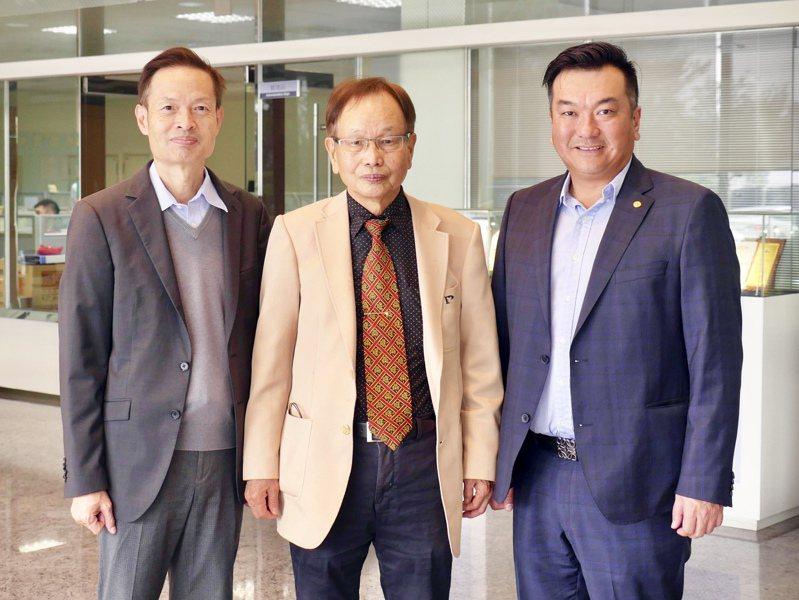 程泰集團董事長楊德華(中)與亞崴新任總經理楊丞鈞(右)、程泰總經理康劍文(左)。 記者宋健生/攝影