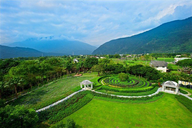 放眼所及都是花與綠,這是香草莊園迷人之處。圖/有行旅提供