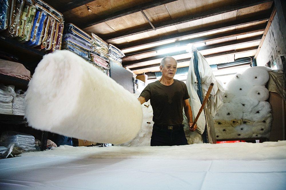 陳君明透露,橫向、縱向鋪棉,交叉鋪層,正是手工棉被無法被機器取代的關鍵技術。 ...