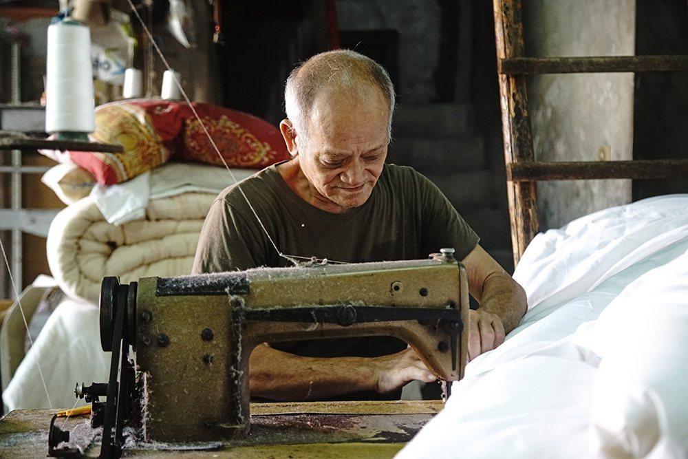 一床手工棉被通常都是一個棉被師傅,從開棉到車縫獨立完成。  圖/曾信耀 攝影