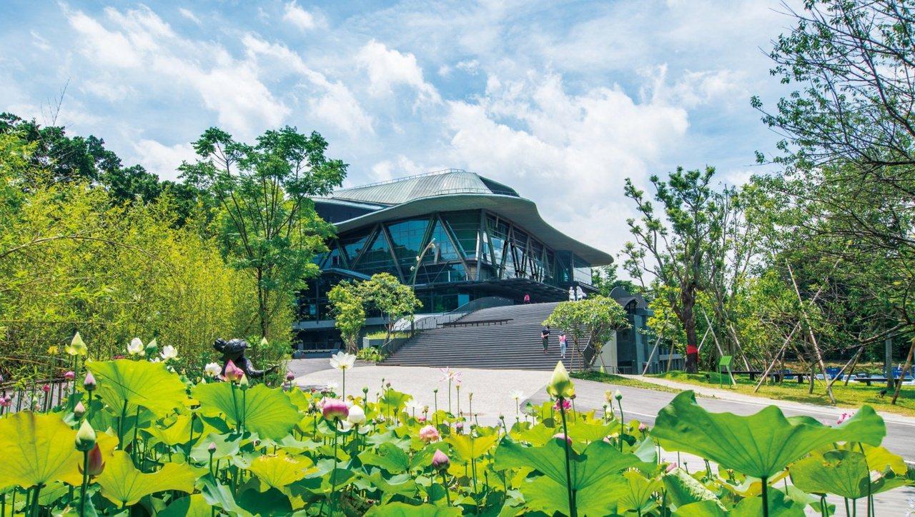 2008年遭遇八里大火,靠著民間力量重建的雲門舞集劇場。 圖/島內散步