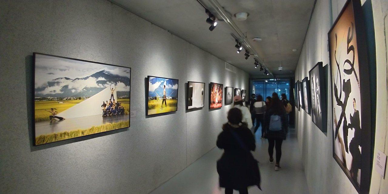結合雲門舞集的攝影與雕塑作品,劇場空間處處「有戲」可看。 圖/洪郁真