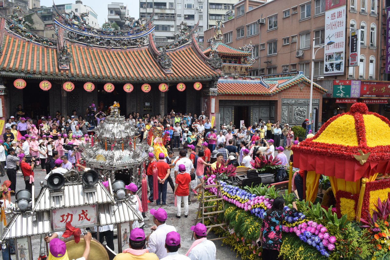 淡水福佑宮媽祖每年農曆三月遶境,信眾塞滿廟前中正路。 圖/李易昌 攝影