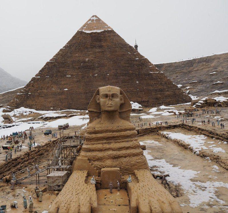 一位網友拍下白雪皚皚的金字塔與人面獅身像,宣稱「埃及下雪了」。圖擷取自twitter