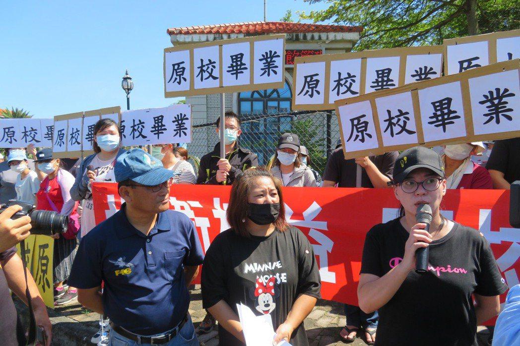 今年6月稻江科技暨管理學院宣布停辦,百餘名學生組自救會在校門口抗議。 圖/聯合報系資料照
