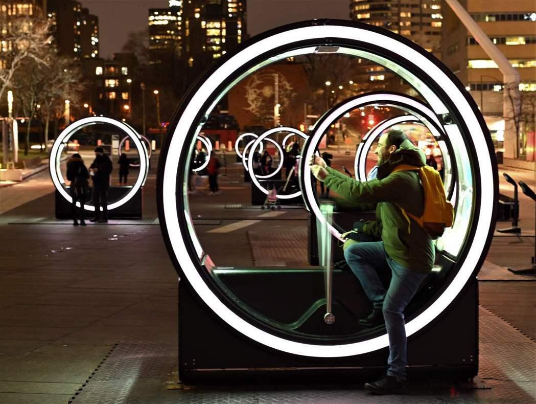 蒙特婁街頭的〈循環〉。 圖/法新社