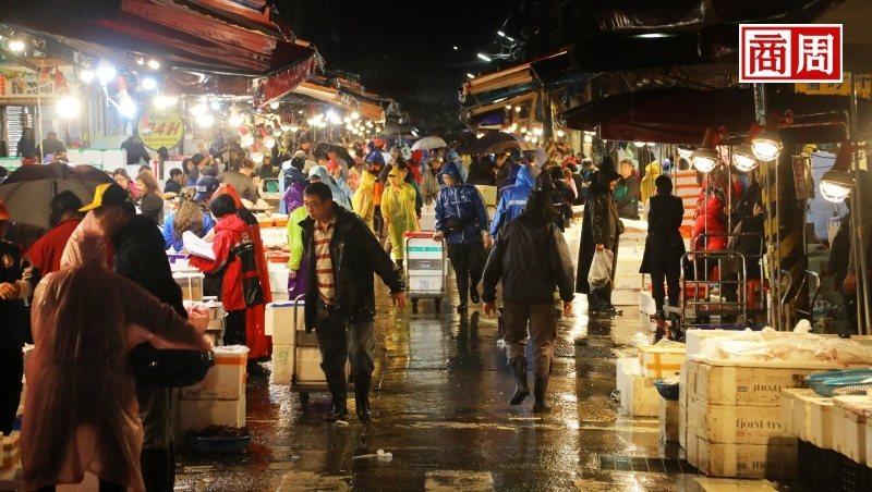 崁仔頂是北台灣最大生鮮魚貨批發市場,凌晨時分許多餐廳、廚師前來挑貨。(攝影者.楊文財)