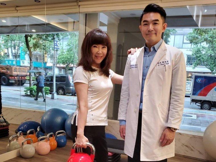 這位在運動教室的美魔女看不出已是60出頭歲,站在她身旁的是知名復健科醫師陳相宏,...