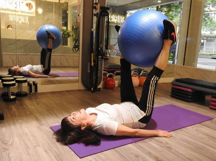 ▲陳媽媽有兩個喜歡運動又有相關專業的兒子,在他們的鼓勵下,讓她從三、四年前開始「...