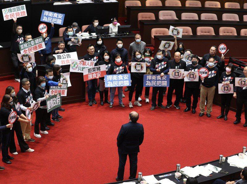 立法院針對萊豬進行表決大戰,國民黨團爭取發言以表抗議,民進黨團總召柯建銘在議場內老神在在。記者曾吉松/攝影