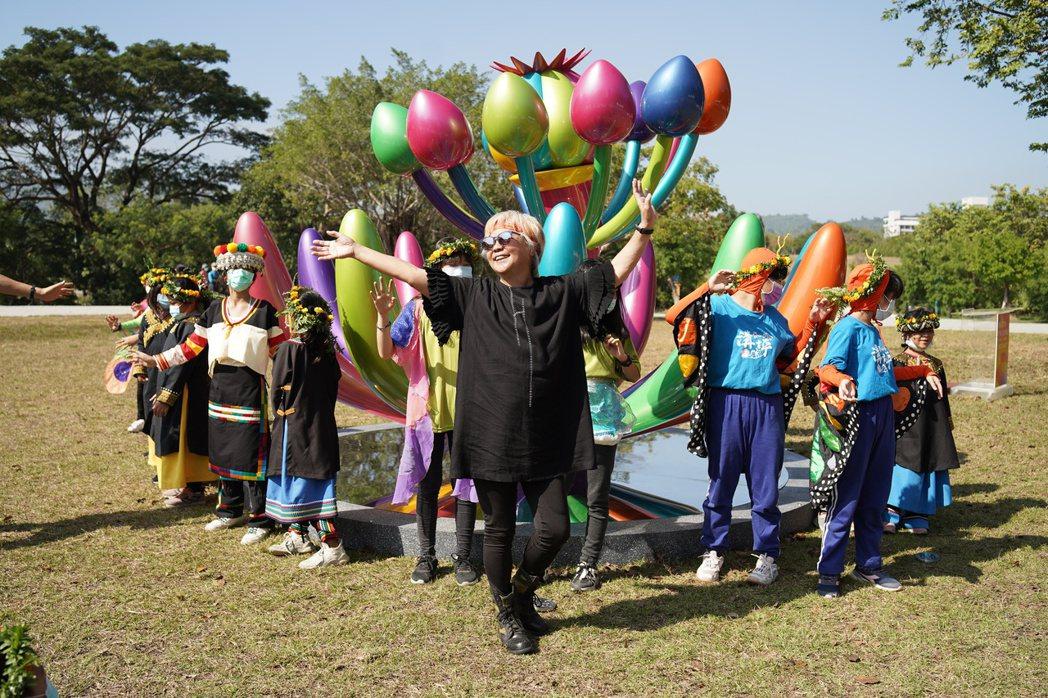 藝術家賴純純(前中)「奇花仙境」系列作品,在出國展覽之前之前,先在高雄獨家展出。...