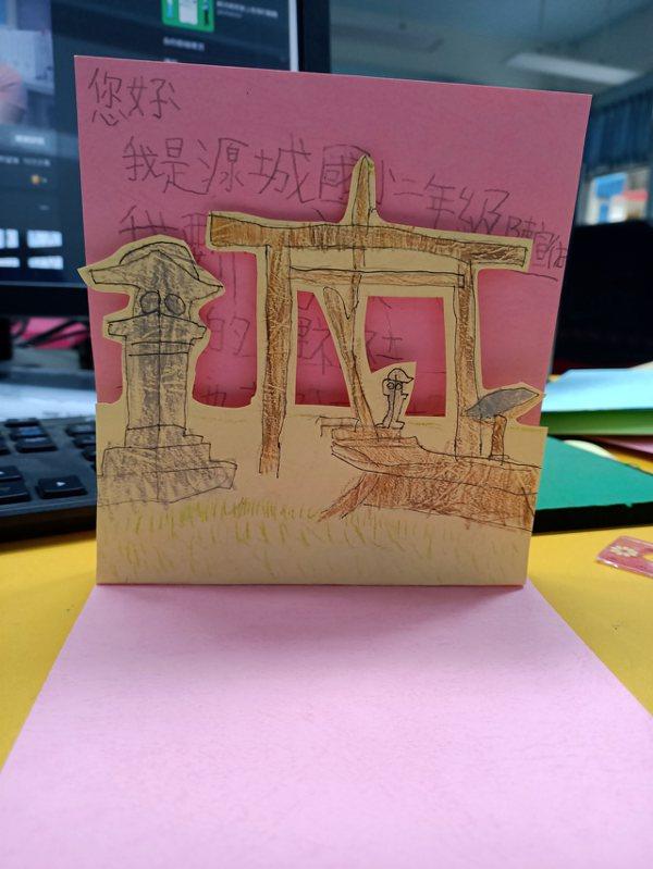 孩子手上畫出來的玉里神社,老師花了三個小時時間把所有學生作品整理好