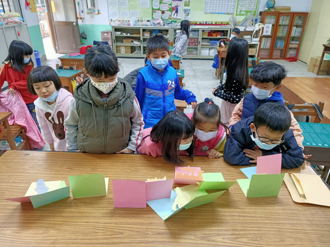 學生欣賞自己的作品
