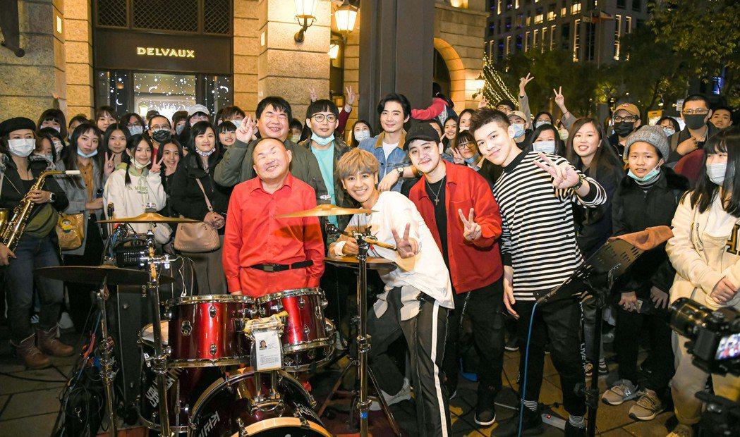 鼓鼓(前排右三)率樂手跟街頭藝人勇哥(前排左一)合作,提前和民眾過聖誕。圖/相信