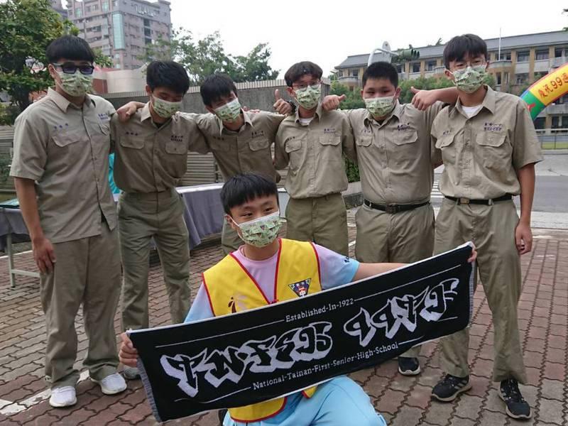 台南一中慶祝百周年校慶,推出印有百年校慶標語和標誌的口罩。記者鄭惠仁/攝影
