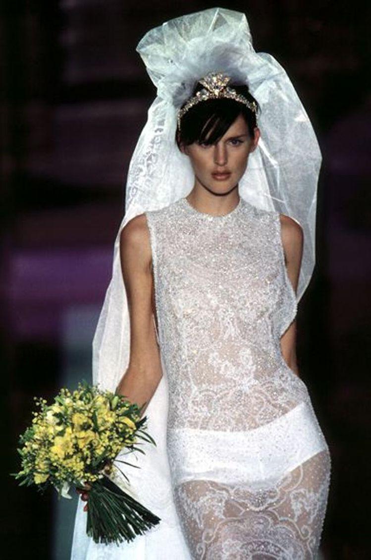 Stella Tennant曾為Versace披上婚紗。圖/摘自pinteres...