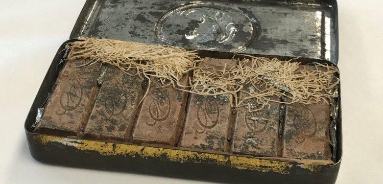 澳洲國家圖書館發現一盒120年歷史的巧克力。取自澳洲國家圖書館