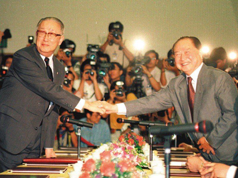1993年,海基會董事長辜振甫(左),與海協會會長汪道涵(右)在新加坡舉行歷史性辜汪會談,會談開始前,兩人親切握手,開啟兩岸兩會溝通協商新頁。圖/聯合報系資料照片