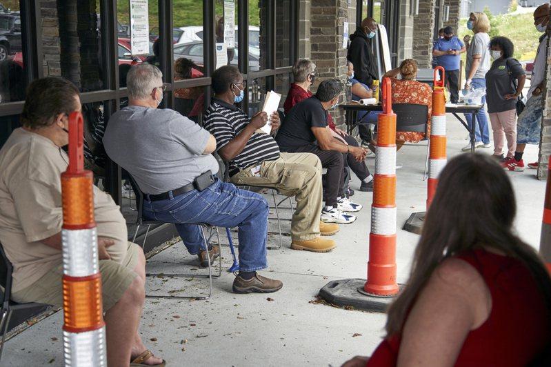 今年丢饭碗的较年长劳工较难重返工作,很可能因疫情而被迫提早退休。图为内布拉斯加州失业者排队等候申请社会救济。美联社(photo:UDN)