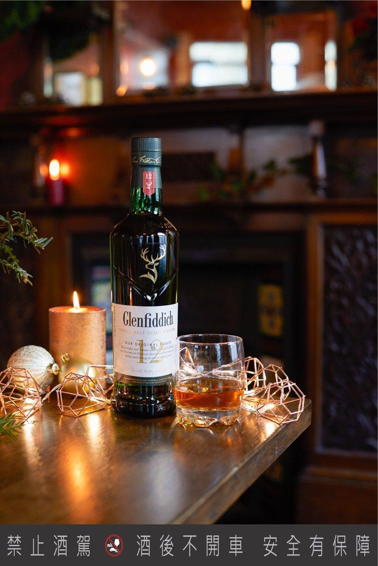 營造聖誕節氛圍的好幫手,綠色的格蘭菲迪12年單一麥芽威士忌。圖/格蘭父子提供。提...