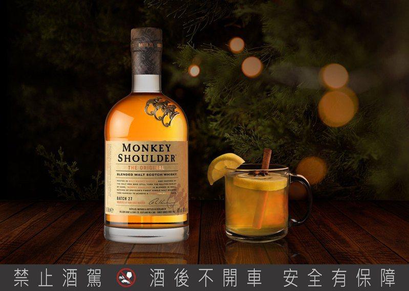 用三隻猴子調異國風情經典熱調酒「熱托迪」,度過溫暖耶誕夜。圖/格蘭父子提供。提醒您:禁止酒駕 飲酒過量有礙健康。