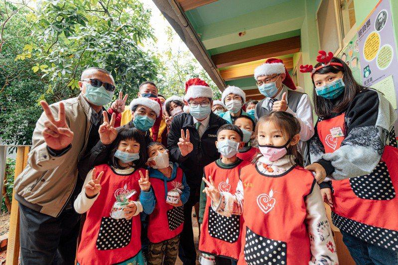 大溪非營利幼兒園結合大溪木藝特色與聖誕節主題,今天舉辦聖誕節活動。圖/教育局提供