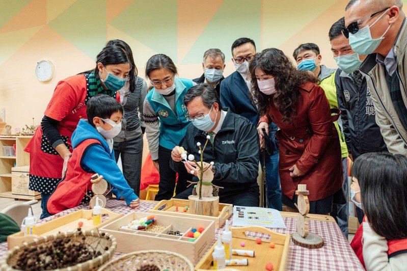 大溪非營利幼兒園聖誕節活動,桃園市長鄭文燦與幼生一同動手做木藝。圖/教育局提供