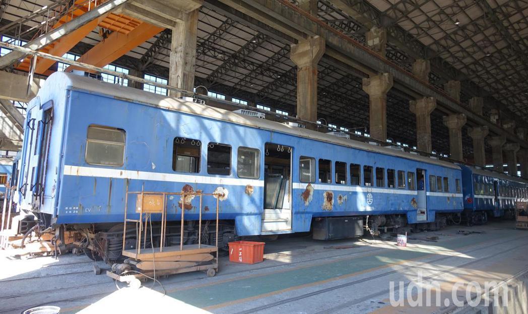 台鐵高雄機廠內還有多列正維修的藍皮火車。記者楊濡嘉/攝影
