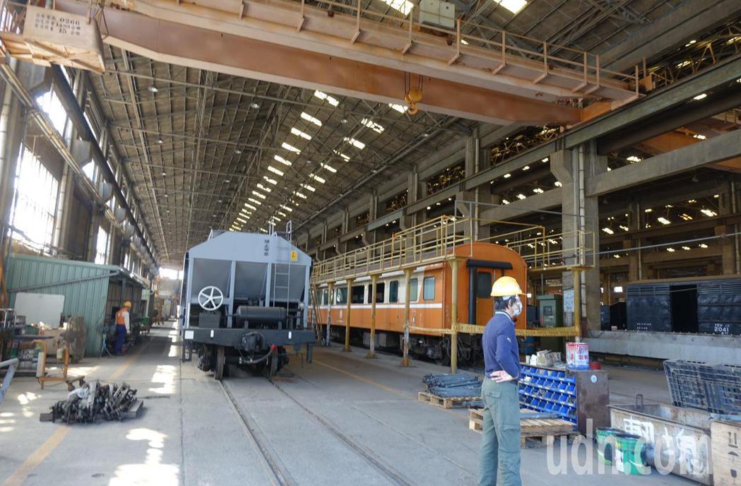 台鐵高雄機廠內的火車維修區。記者楊濡嘉/攝影