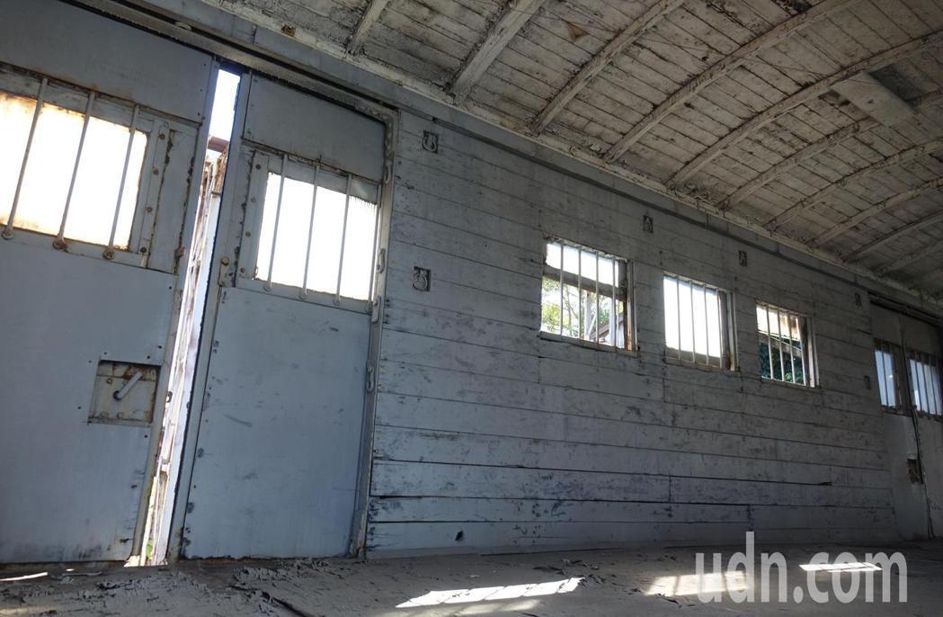 台鐵高雄機廠內保留的早期載馬專用列車車廂,車頂和牆面都有拴馬的環扣。記者楊濡嘉/...