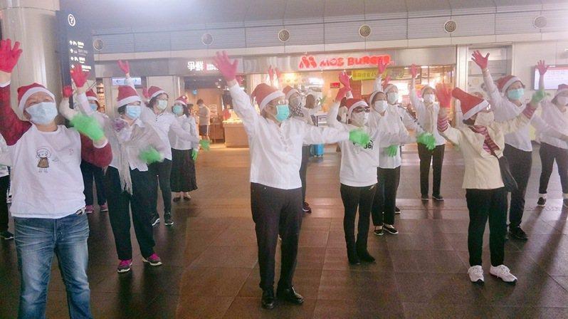 台南市德光長老教會喜樂學苑的阿公、阿嬤35人,今天到高鐵台南站快閃演出。圖/高鐵台南站提供