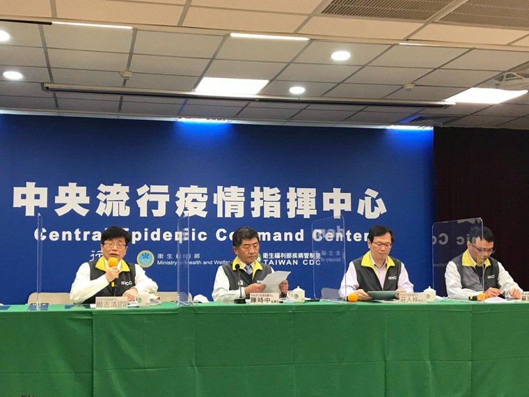 中央流行疫情指揮中心12月24日記者會,疫情監測組組長周志浩( 由左到右 )、指...