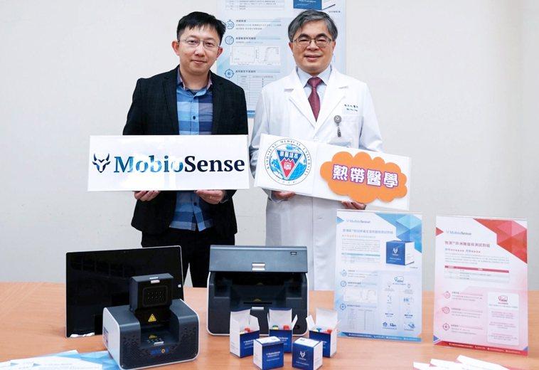高醫大與麥博森公司開發全台首個「新冠定溫核酸檢測試劑」,右為高醫大熱帶醫學暨傳染...