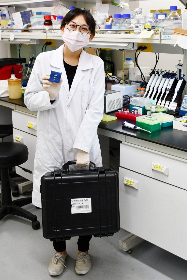 高醫大開發新冠定溫核酸檢測試劑,提著一卡皮箱器材,就能進行精準檢測。圖/高醫大提...